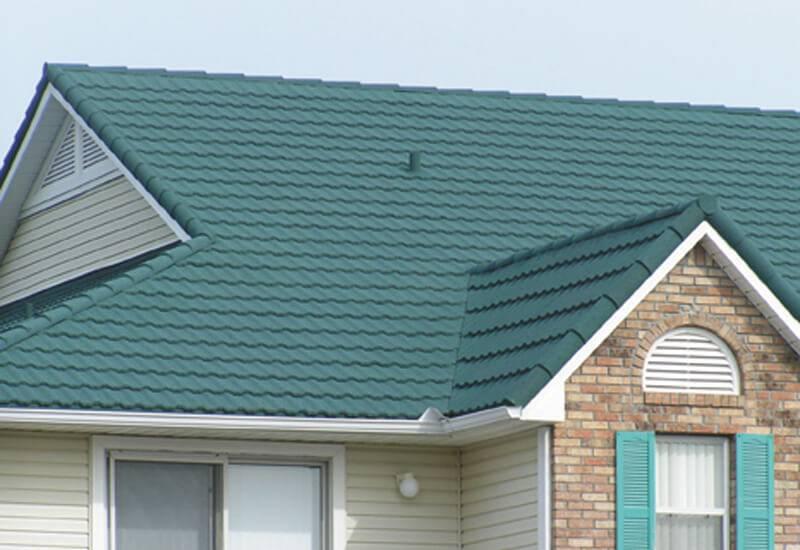 Fachada com tipos de telhas coloridas