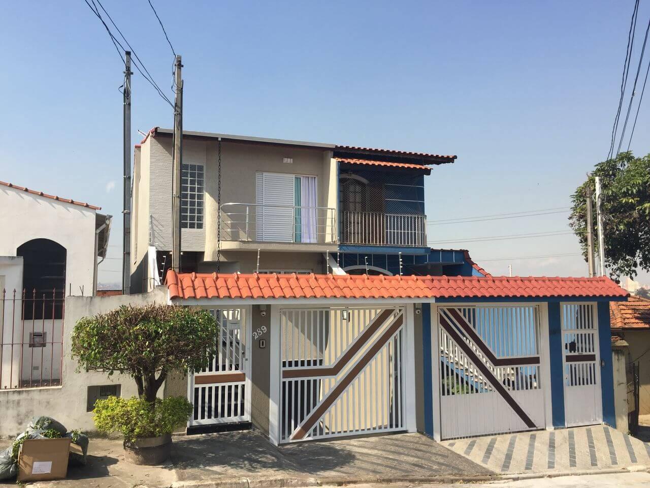 Fachada de casa após reforma com escolha de tipos de telhas de cerâmica. Projeto de Márcia Rubinatti