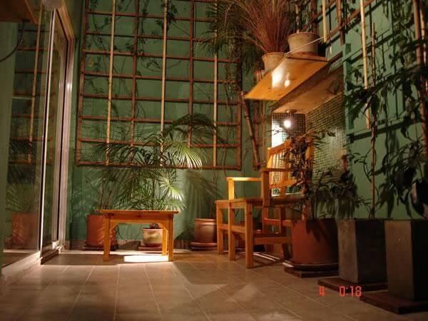 Jardim com decoracao de artesanato em madeira Projeto de Fabiola Ambrosano