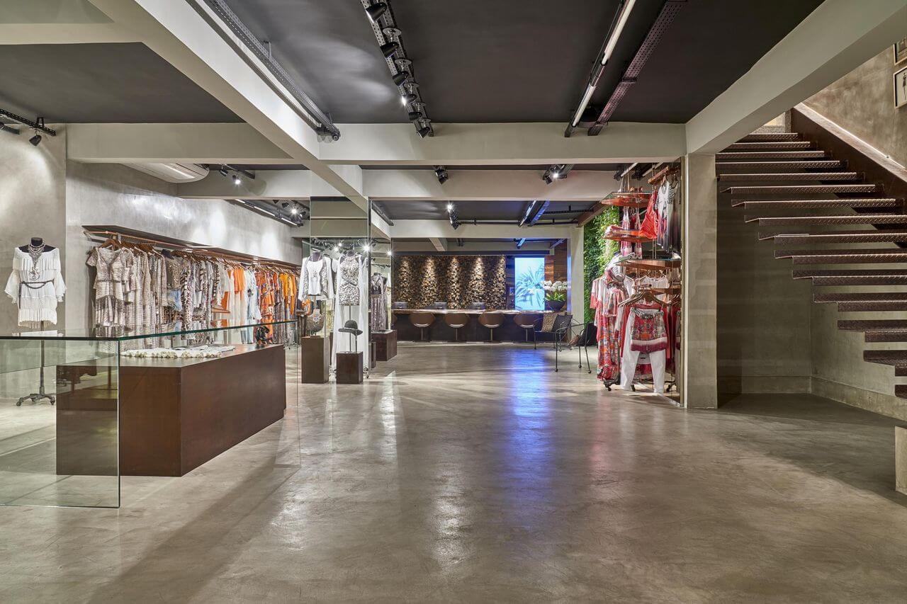 Loja de roupas com piso de cimento queimado Projeto de Eduarda Correa