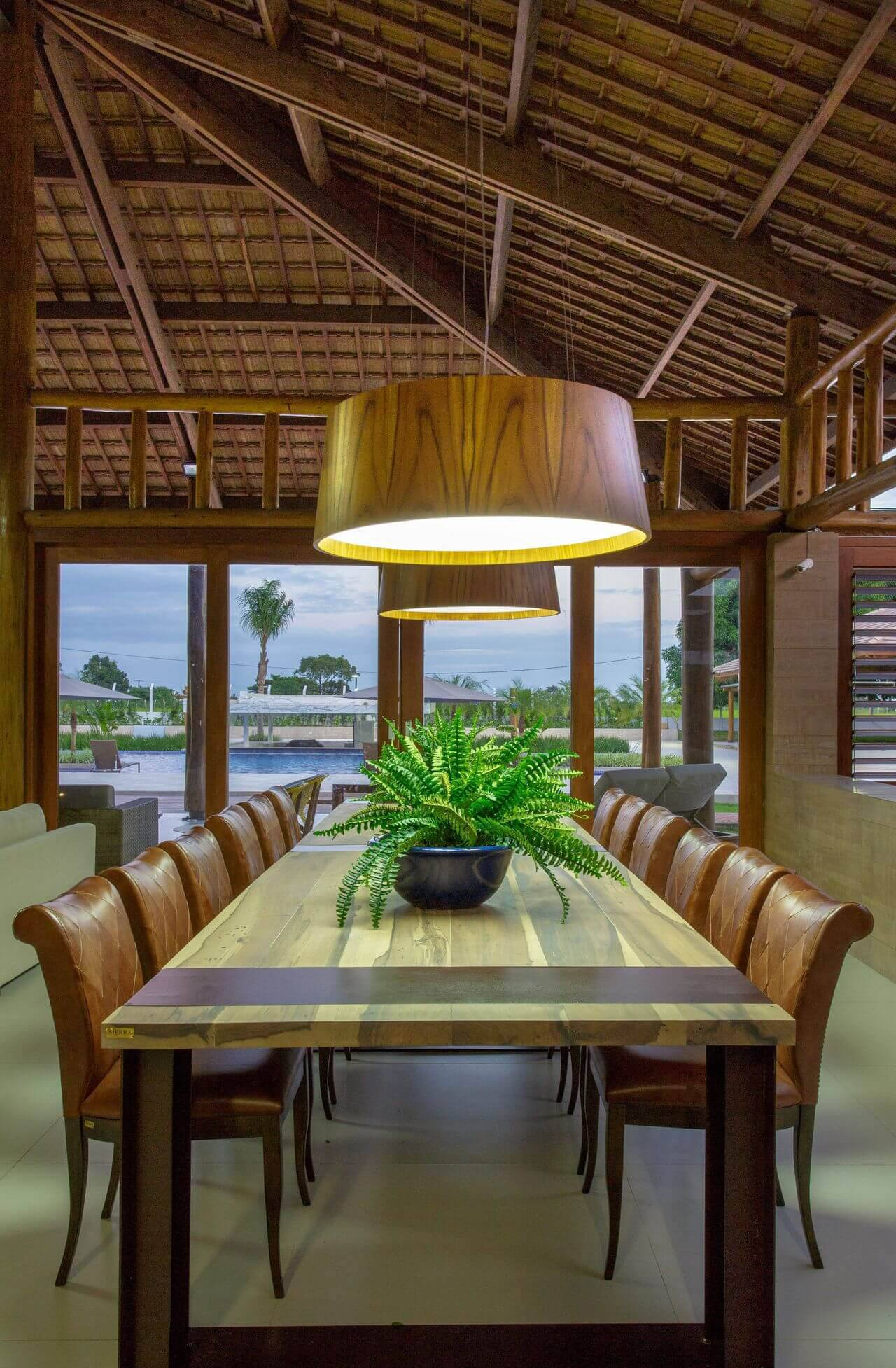 Mais um ângulo da sala de estar de casa de campo com um dos tipos de telhas mais populares, a de cerâmica. Projeto de Sandra Moura