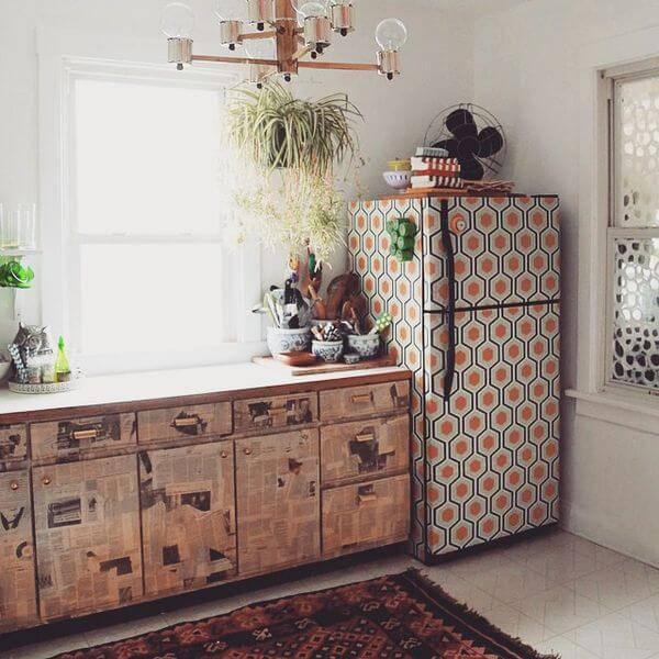 O envelopamento de geladeira estampada combina com a decoração da cozinha
