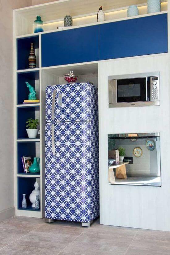O envelopamento de geladeira realça tons de azul e branco na cozinha. Fonte: Pinterest