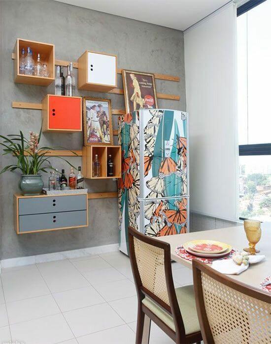 O envelopamento de geladeira renova o eletrodoméstico. Fonte: Reciclar e Decorar