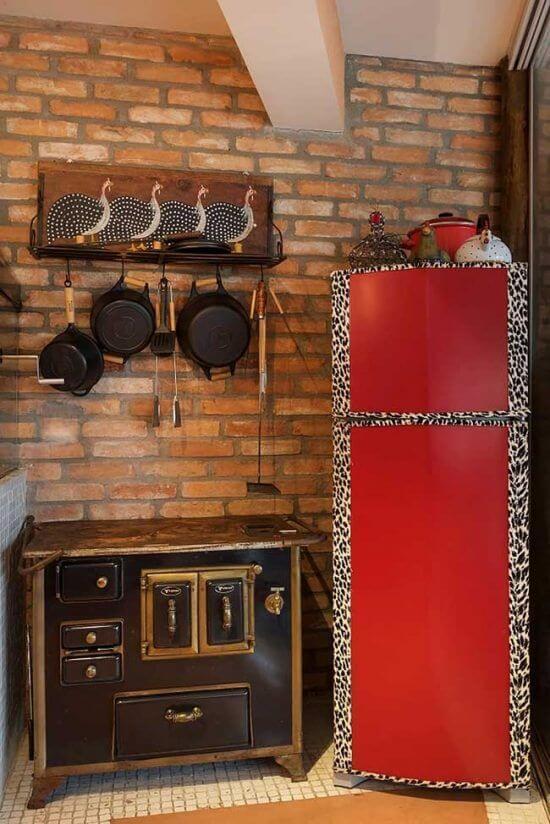 O envelopamento de oncinha deixou a cozinha mais descontraída. Fonte: Pinterest