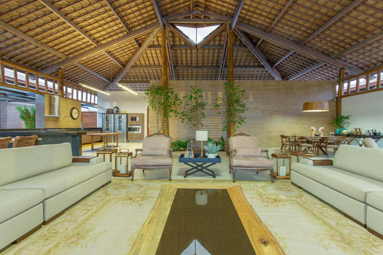 Outro ângulo da sala de estar de casa de campo com um dos tipos de telhas mais populares, a de cerâmica. Projeto de Sandra Moura