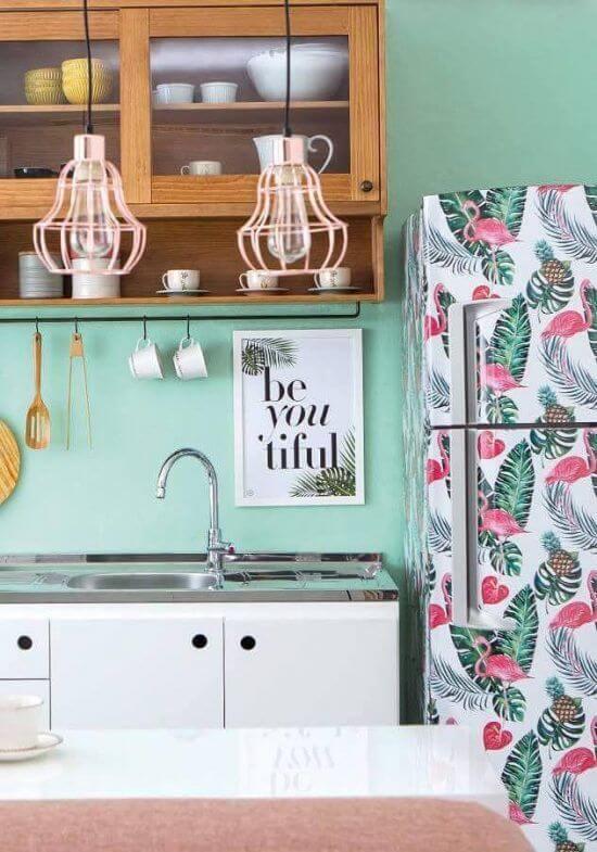 Para uma decoração tropical que tal apostar no envelopamento de geladeira com flamingos e costela de adão. Fonte: Pinterest