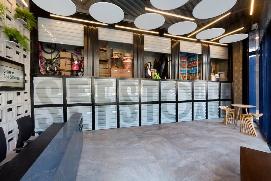 Piso de cimento queimado em decoração com inspiração industrial Projeto de Casa Cor Rio