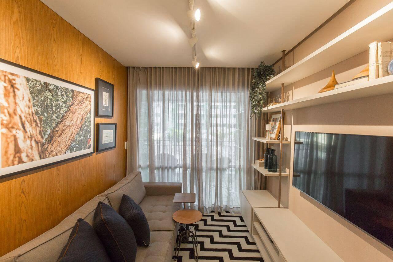 Sala de TV pequena com tapetes para sala geométrico Projeto de Emerson Vasconcelos