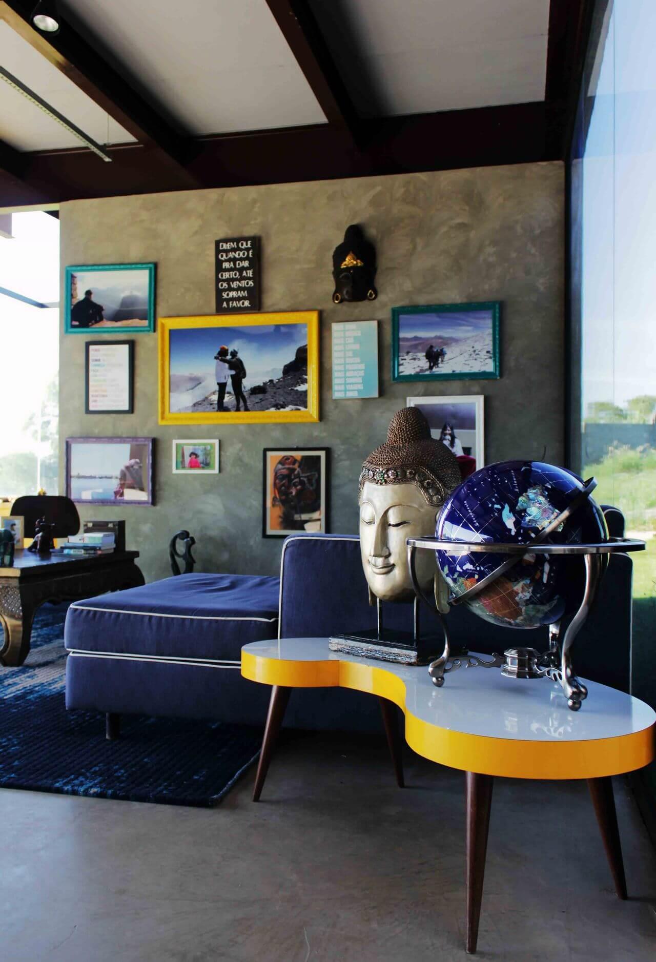 Sala de estar com decoração colorida e piso de cimento queimado Projeto de Flavia Medina
