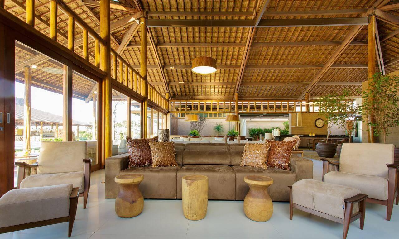 Sala de estar de casa de campo com um dos tipos de telhas mais populares, a de cerâmica. Projeto de Sandra Moura