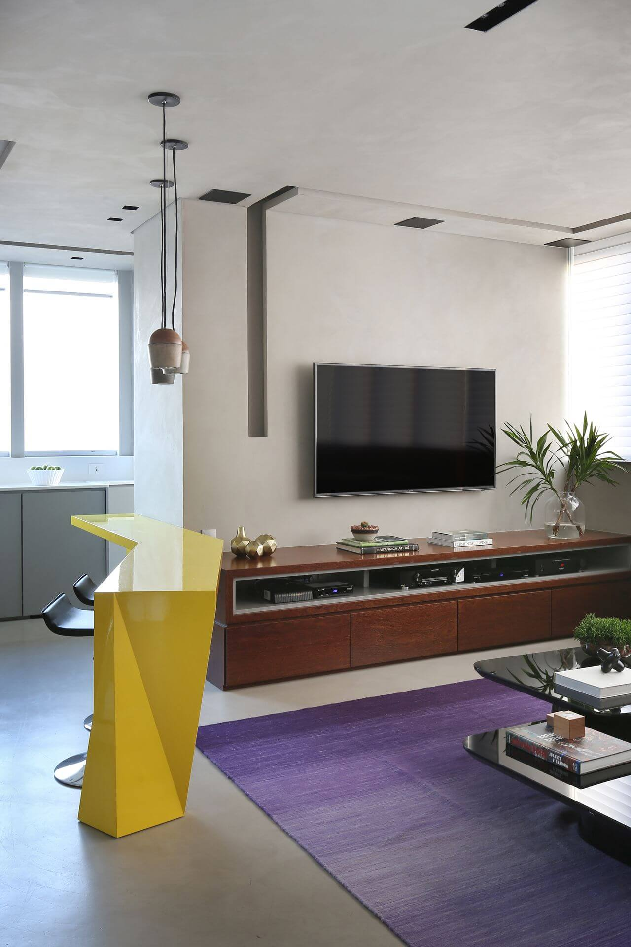 Sala de estar integrada à cozinha com piso de cimento queimado Projeto de Box 14