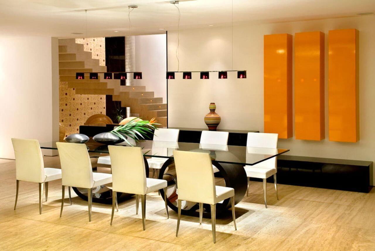 Sala de jantar ampla com mesa de vidro com base arredondada e combinação de cores sóbrias e quentes Projeto de Ney Lima