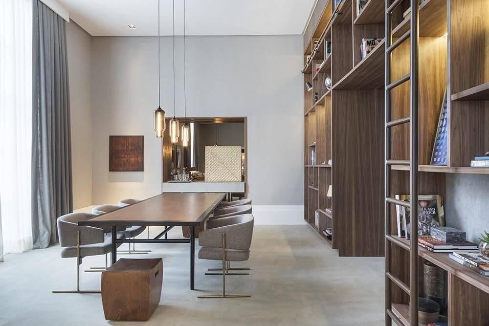 Sala de jantar ampla com mesa grande e estante Projeto de Anexo Arquitetura