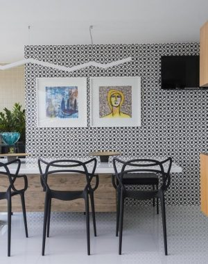 Sala de jantar com bar pequeno e estante separando da sala de estar Projeto de Rodrigo Maia