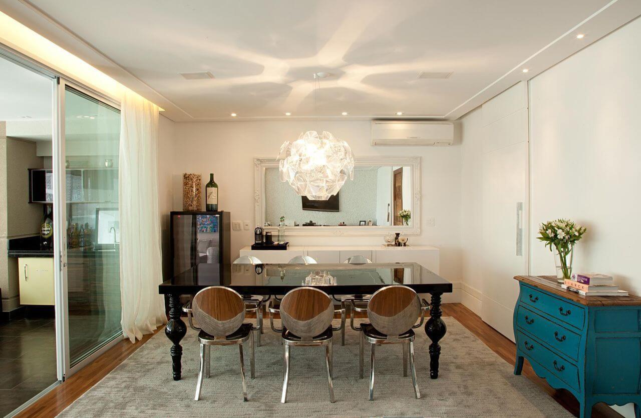 Sala de jantar com cômoda, buffet e adega climatizada Projeto de Patricia Kolanian