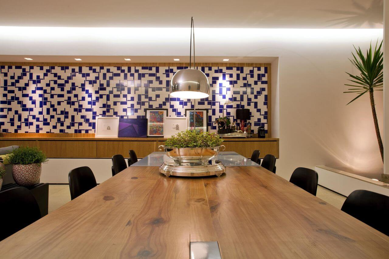 Sala de jantar com duas mesas, uma de madeira e uma de metal Projeto de Branda Ovarizo