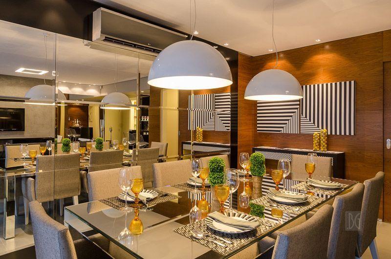 Sala de jantar com parede e mesa espelhadas Projeto de BG Arquitetura