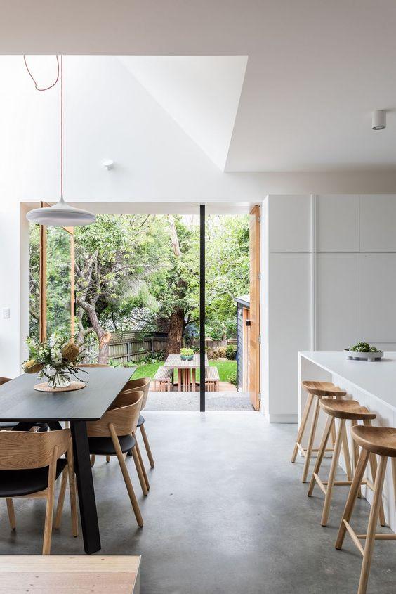 Sala de jantar com piso de cimento queimado