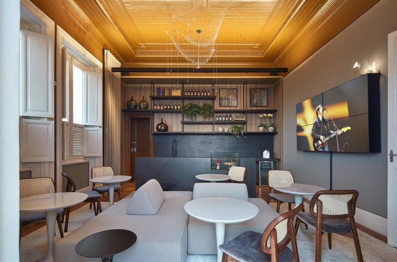 Sala de jantar com sofás e mesas pequenas Projeto de Casa Cor MG 17