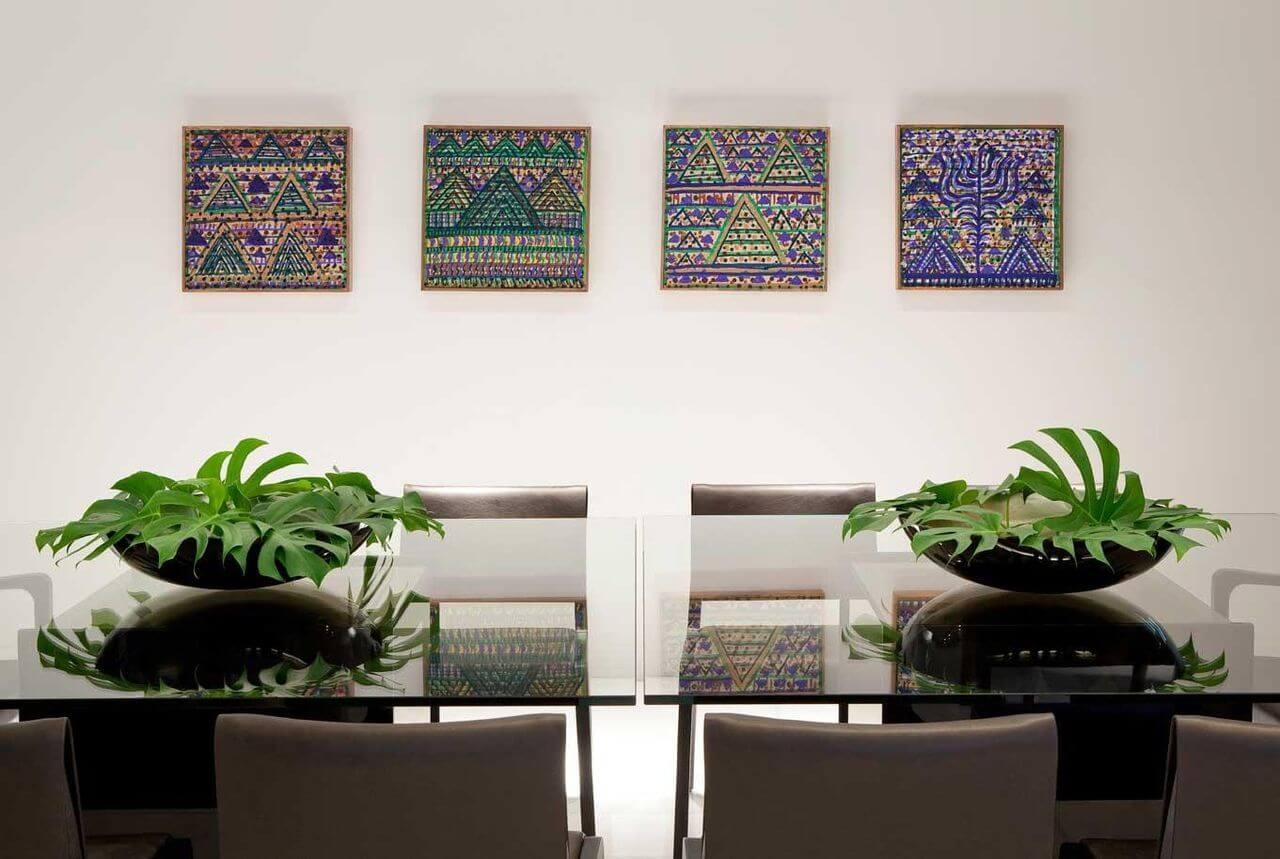 Sala de jantar com uso de plantas combinando com os quadros Projeto de LF Rezende