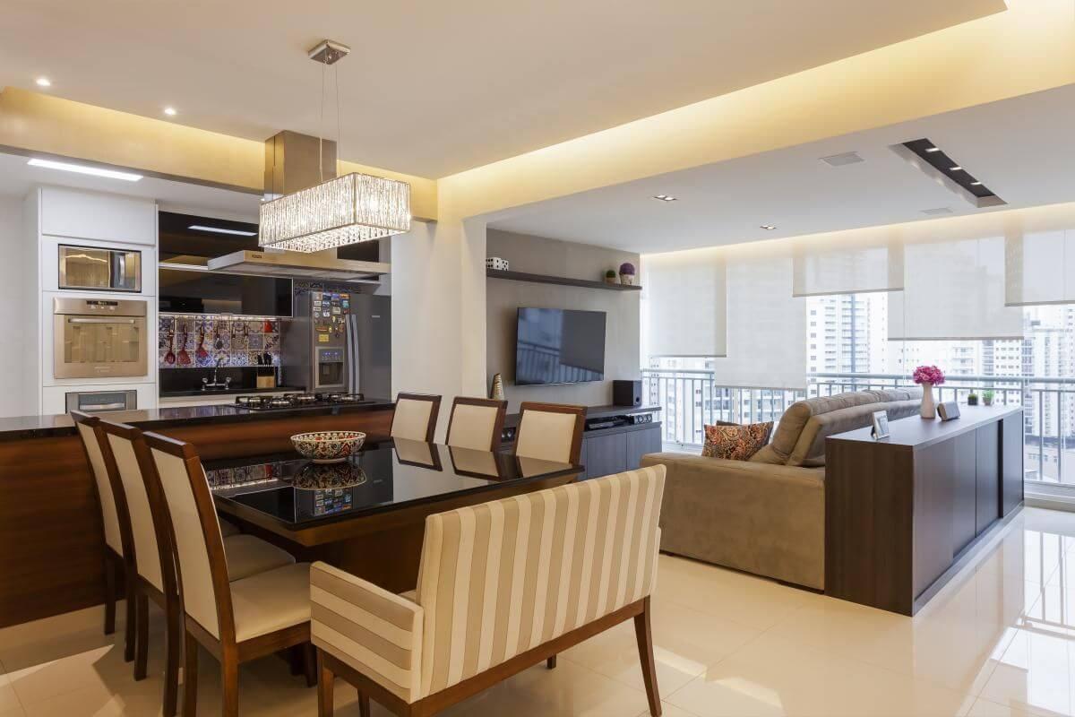 Sala de jantar integrada com a de TV e a cozinha Projeto de Raduan Arquitetura