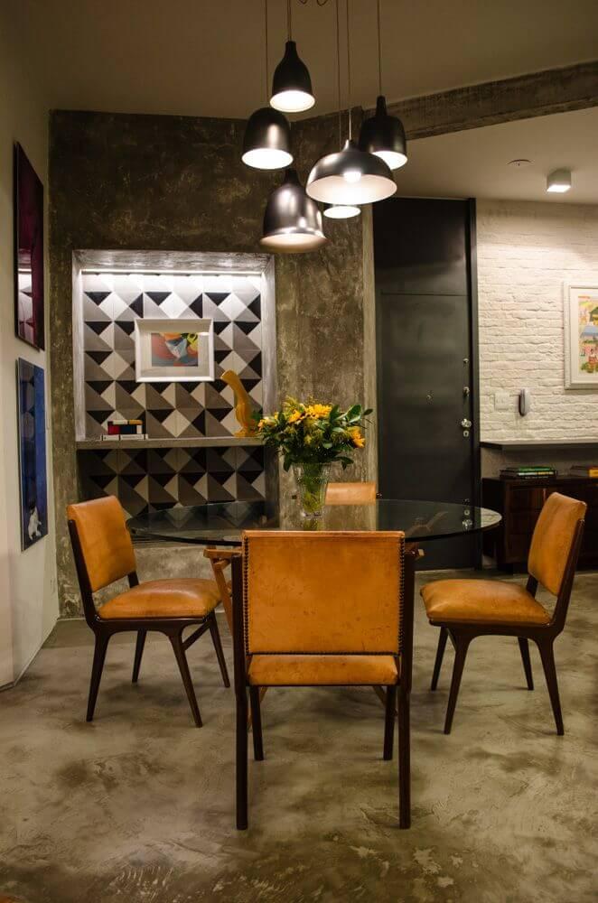 Sala de jantar no estilo industrial com piso de cimento queimado e paredes idem Projeto de Adriana Fornazari