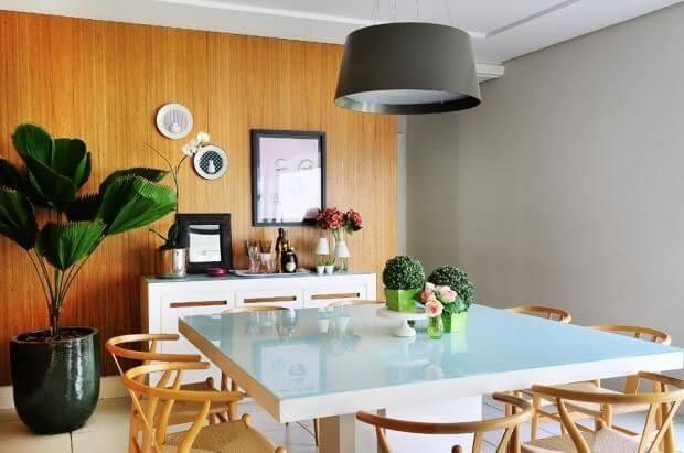 Sala de jantar pequena com luminária pendente Projeto de Milena Aguiar