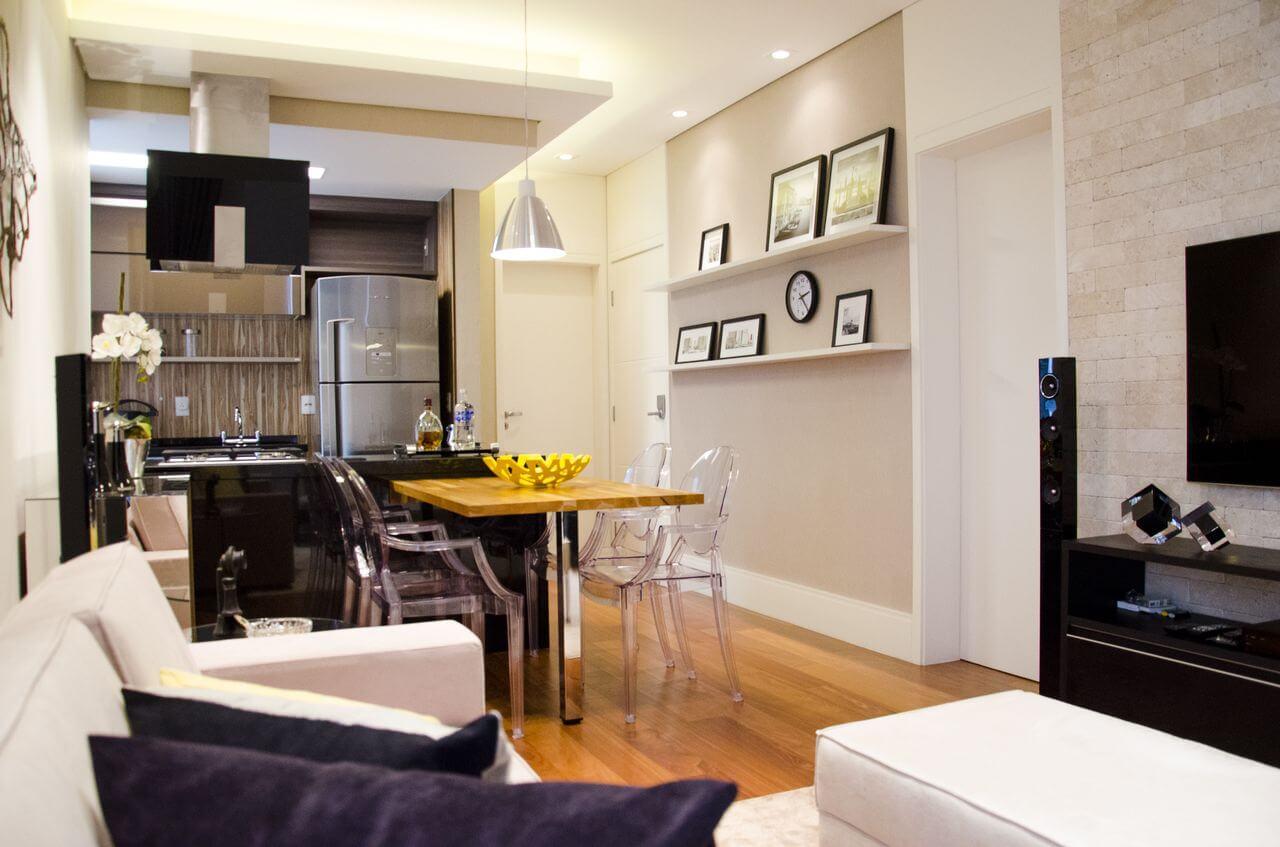 Sala de jantar pequena integrada com sala de TV e cozinha Projeto de Paula Gabriel