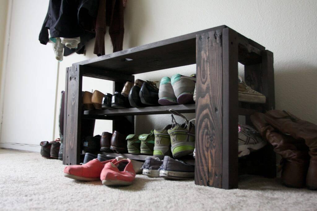 Sapateira de pallet baixa com vários sapatos
