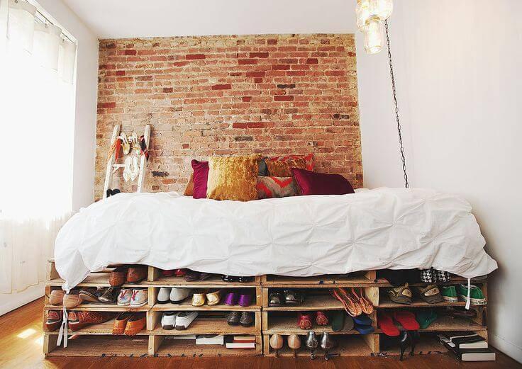 Sapateira de pallet embaixo da cama