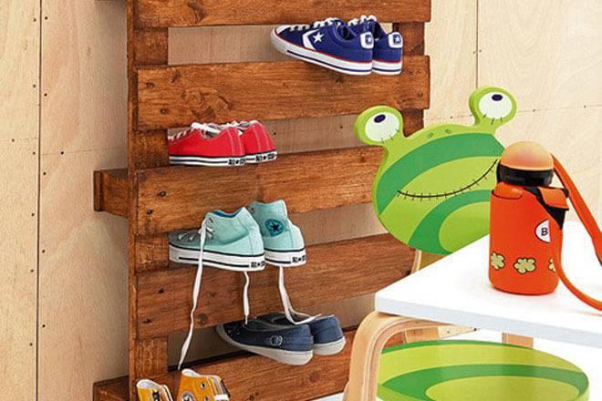 Sapateira de pallet infantil com madeira à mostra