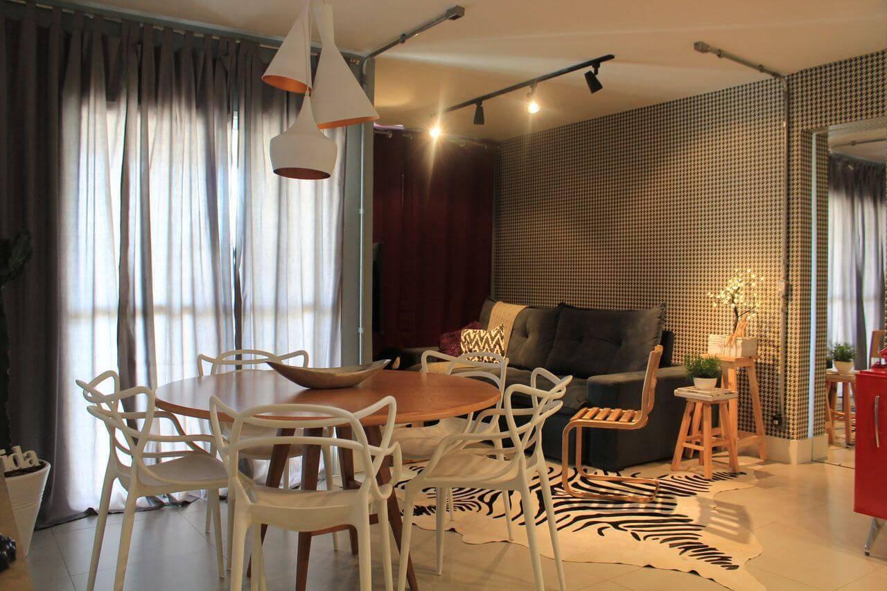 Tapetes para sala com estampa animal combinando com o padrão usado na parede Projeto de Casaon Casaon