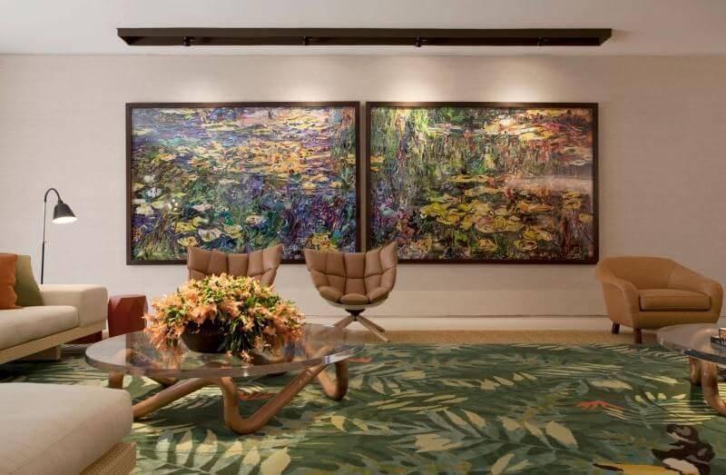 Tapetes para sala com estampa verde de folhas seguindo a paleta de cores do ambiente Projeto de Roberto Migotto