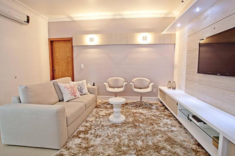 Tapetes para sala em duas cores seguindo a paleta do ambiente Projeto de Camila Chalon