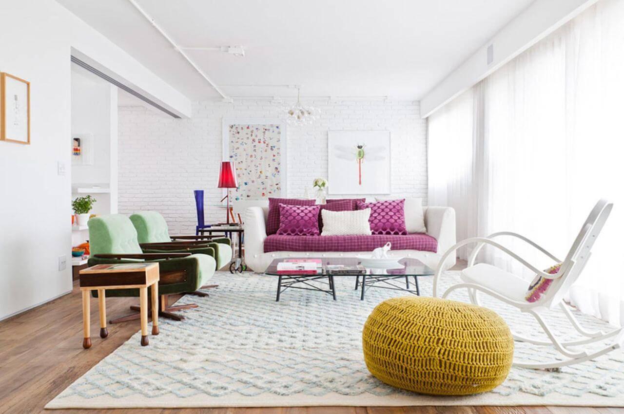 Tapetes para sala neutro e com textura em uma sala de estar com pontos de cor fortes Projeto de Flavia Gerab Tayar