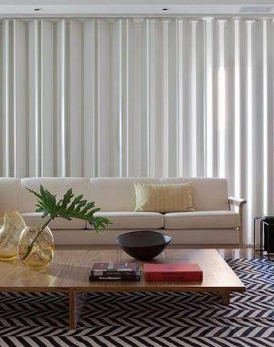 Tapetes para sala preto e branco em ambiente clean Projeto de Patricia Martinez