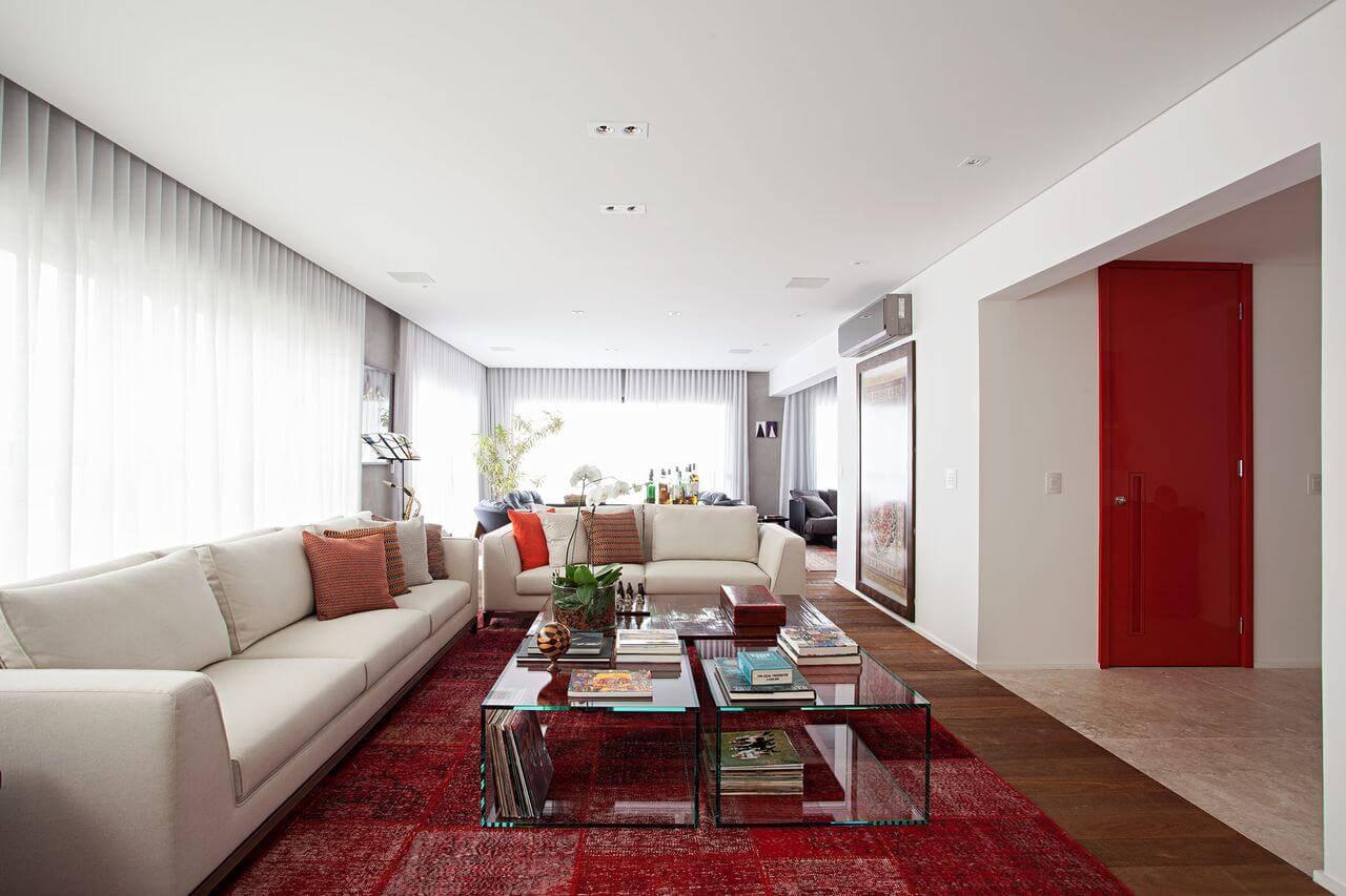 Tapetes para sala vermelho seguindo a paleta da sala Projeto de Korman Arquitetos