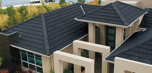 Telhado formado com tipos de telhas escuras