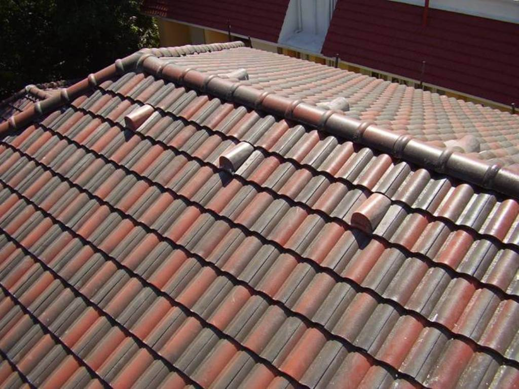 Telhado com duas cores de tipos de telhas