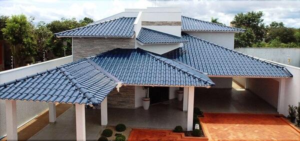 Telhado formado com tipos de telhas esmaltadas