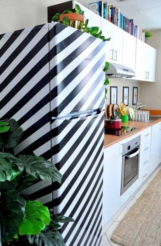 Utilize fitas adesivas pretas para criar o efeito de listras na geladeira. Fonte: Pinterest