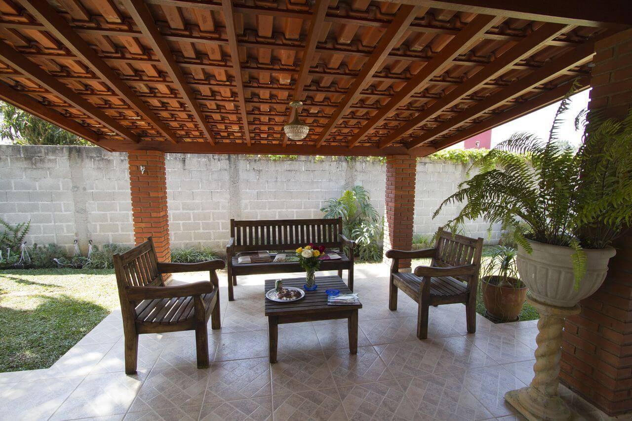 Varanda com um dos tipos de telhas mais clássicos, a telha de cerâmica. Projeto de Gilson de Carvalho