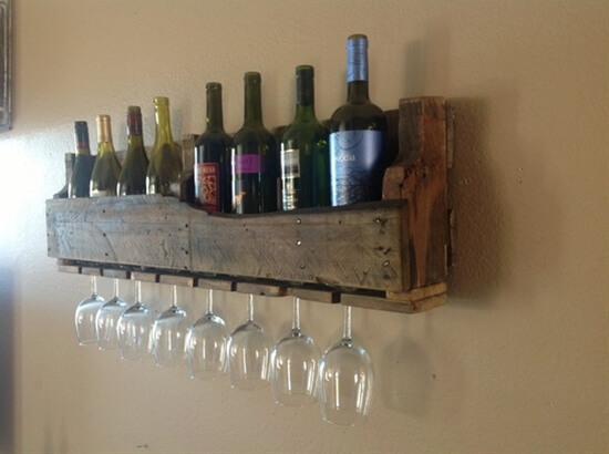 artesanato em madeira objeto para guardar vinhos e taças feito a partir de pallet