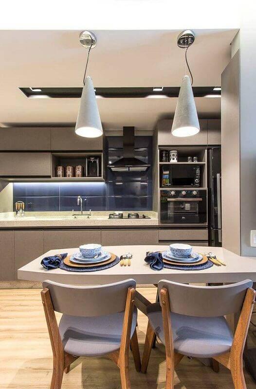 cozinha planejada com prateleira para cozinha projeto de Cíntia Mara Petronetto