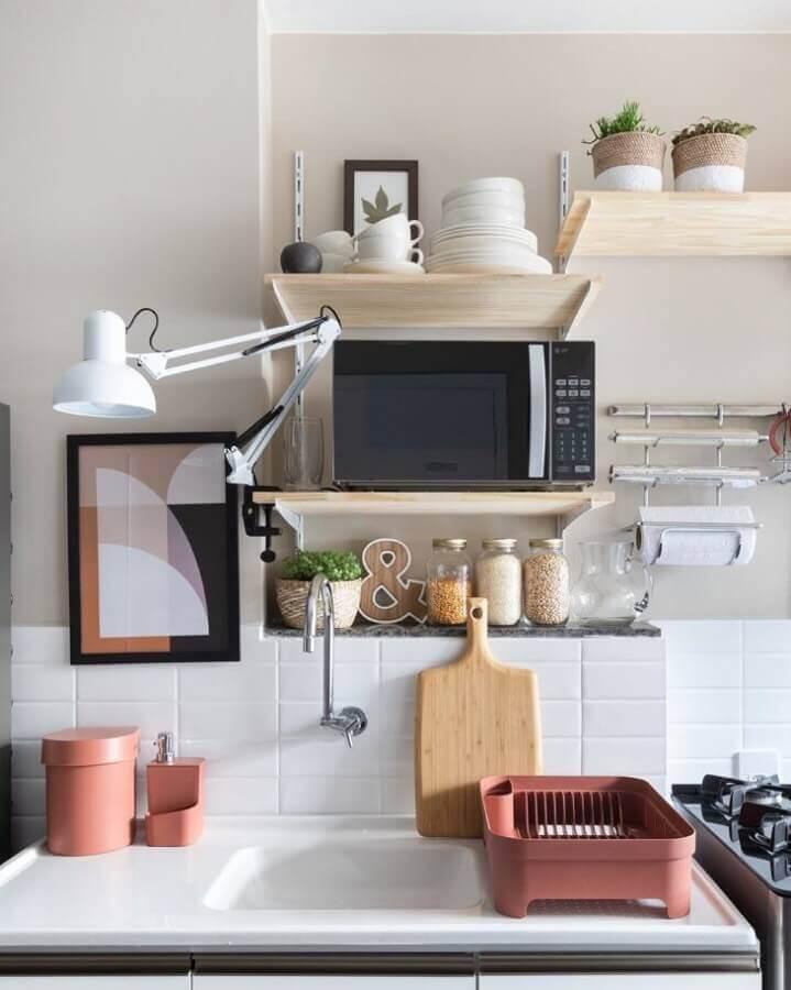 decoração clean com prateleira para cozinha de madeira Foto Maurício Arruda