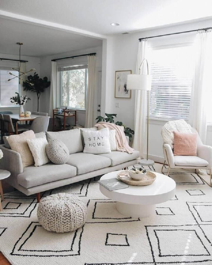 decoração clean para sala branca com tapete grande Foto House Design Ideas