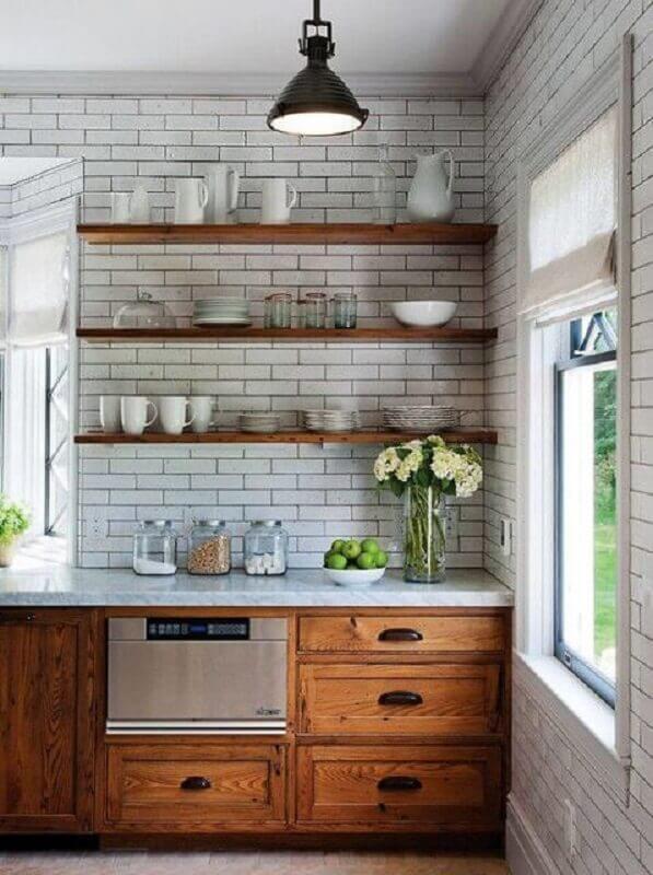 decoração com prateleira de madeira para cozinha rústica Foto Revista Dhecore