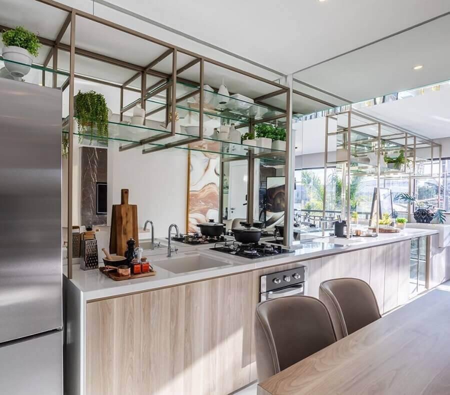 decoração com prateleira de vidro para cozinha Foto Chris Silveira
