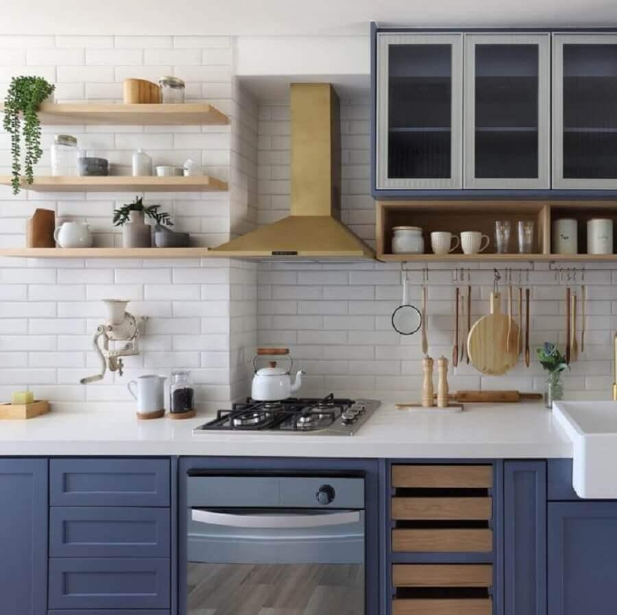 decoração com prateleira para cozinha de madeira planejada com armários azuis Foto Pinterest